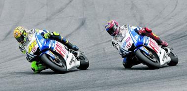 Rossi adelantando a Lorenzo en la última vuelta