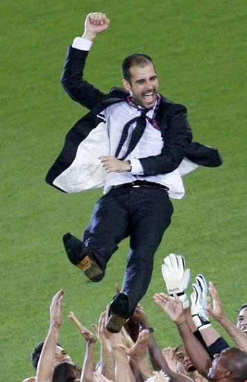 El entrenador del Real Madrid, manteado tras ganar la Champions
