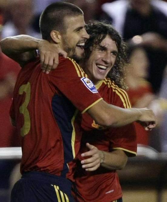 Piqué celebra su gol con Puyol